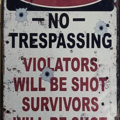 affiche metal no trespassing